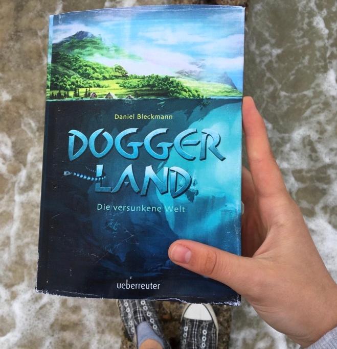 """In """"Doggerland"""" reisen die Zwillinge Lex und Leya in die Vergangenheit und landen im """"Atlantis der Nordsee"""", dem sagenumwobenen Doggerland, das vor 8000 Jahren im Meer versank."""