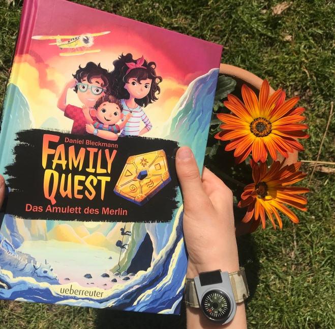 """In """"Family Quest"""" machen sich drei Geschwister aus Schottland auf die abenteuerliche Suche nach dem Amulett des Magiers Merlin – und reisen dafür um die Welt."""